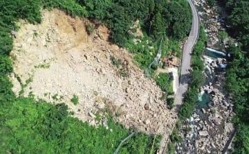 斜面が大規模に崩れた現場(29日、和歌山県田辺市上秋津で)=ドローンで撮影