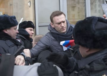 2018年1月28日、モスクワで警察に拘束されたナワリヌイ氏(中央)(AP=共同)