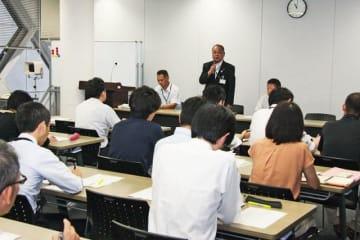 和歌山県豚コレラ対策本部の幹事会で、関係課室に対応を呼び掛ける角谷博史農林水産部長(和歌山県庁で)