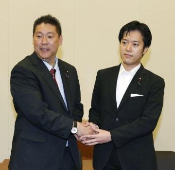 会談後、NHKから国民を守る党の立花代表(左)と握手する丸山穂高議員=29日午後、国会