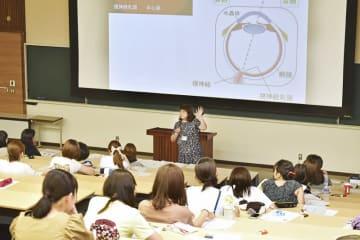 眼育プロジェクトの一環で、幼児教育学科の学生を対象に行われた特別講義=7月27日、福井県福井市の仁愛女子短大