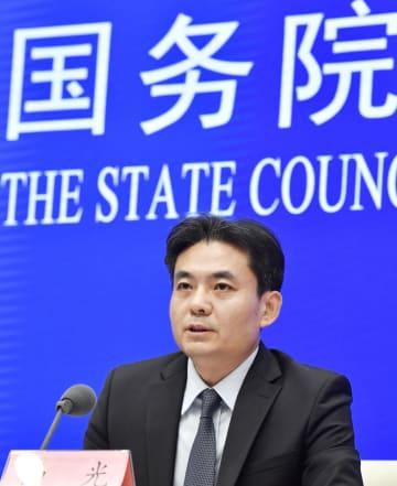 記者会見する中国国務院香港マカオ事務弁公室の報道官=29日、北京(共同)