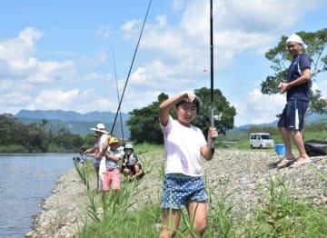 綾南川で魚釣りを楽しむ親子