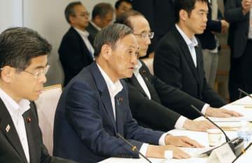 アイヌ政策推進本部の初会合であいさつする菅官房長官(手前から2人目)=29日午後、首相官邸
