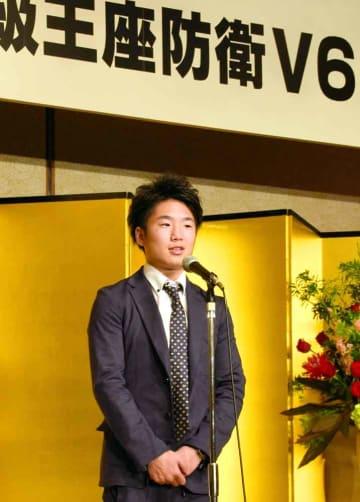 WBC世界ライトフライ級で6度目の防衛を果たし、祝勝会であいさつする拳四朗(京都市内)