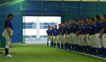 甲子園でのベンチ入りメンバーを発表する高橋監督(左)と選手たち=霞ケ浦高