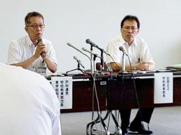 会見する出居正之学校教育部長(右)と戸村達男同次長=29日午前、所沢市役所