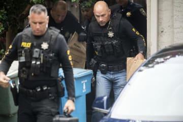 29日、米西部カリフォルニア州の銃撃事件で、容疑者宅を家宅捜索する警察官ら(AP=共同)