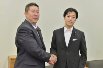 時事通信 丸山穂高衆院議員(右)と「NHKから国民を守る党」の立花孝志代表