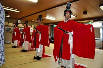 古式ゆかしい衣装を身にまとい、久米舞の練習に励む久米中の生徒