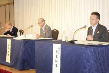 北陸新幹線の早期全線開業の必要性を語る福井県の杉本達治知事(右)=7月29日、富山県富山市内のホテル