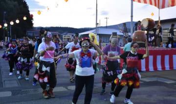 仮装やそろいの浴衣姿の参加者で盛り上がった盆踊り大会