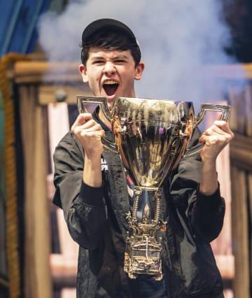 人気オンライン対戦ゲーム「フォートナイト」の世界大会で優勝したカイル・ギアーズドーフさん=28日、ニューヨーク(ゲッティ=共同)