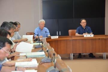 沖縄関係予算の概算要求に向け、庁議で要望額を決める県幹部ら=29日、県庁