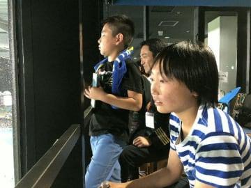特設ルームから試合を生観戦する子どもら=27日、神奈川県川崎市の等々力陸上競技場