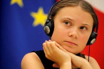 23日、フランス・パリの議会で議員らとの討論に参加したグレタ・トゥンベリさん(ロイター=共同)