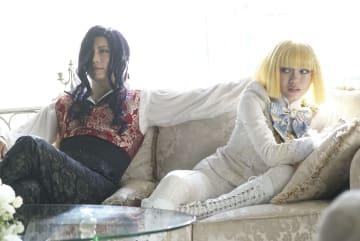 GACKT(左)と二階堂ふみ((C)2019映画「翔んで埼玉」製作委員会)