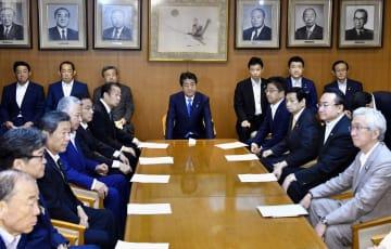 自民党役員会に臨む安倍首相(中央)ら=30日午前、東京・永田町の党本部