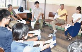 座りながら筋トレを実践する参加者