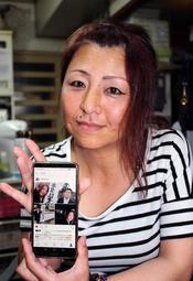 インスタグラムの画面を示す清瀬幸枝さん。おいしそうな料理や明るい表情の家族の写真があふれる=姫路市内