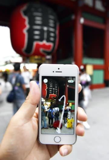 「ポケモンGO」で、スマホ画面の東京・浅草寺雷門に現れたピカチュウ
