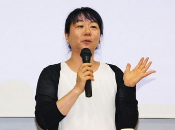 「県小学校NIEセミナー」で講演する日本新聞協会NIEアドバイザーの中島順子さん(29日、和歌山市で)