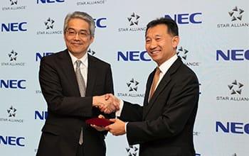 NECの山品正勝執行役員常務(左)とスターアライアンスのジェフリー・ゴーCEO。(画像: NECの発表資料より)