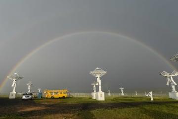 草原の「天眼」にかかる虹 内モンゴル自治区