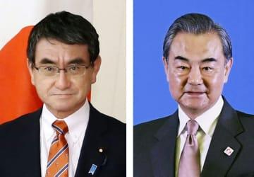 河野太郎外相(左)と中国の王毅外相