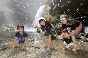 水辺で遊ぶ親子連れ=30日午後、仙台市