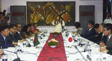 バングラデシュのモメン外相(左端)と会談する河野外相(右端)=30日、ダッカ(共同)