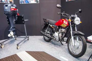 ヤマハがアフリカで展開する船外機と二輪車「クラックス・レブ」=30日、東京(NNA撮影)