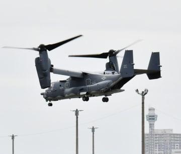 横浜ノースドックを離陸するCV22オスプレイ。展示されるものと同機種とみられる=2018年4月15日
