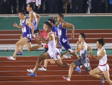 陸上日本選手権男子100メートル決勝で力走する選手ら=6月、博多の森陸上競技場