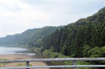 女性が救助された秋田市雄和新波の雄物川左岸。雄物川に架かる「協雄大橋」から約500メートル上流の斜面で見つかった