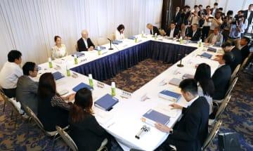 東京都内で開かれた中央最低賃金審議会の小委員会=30日午後