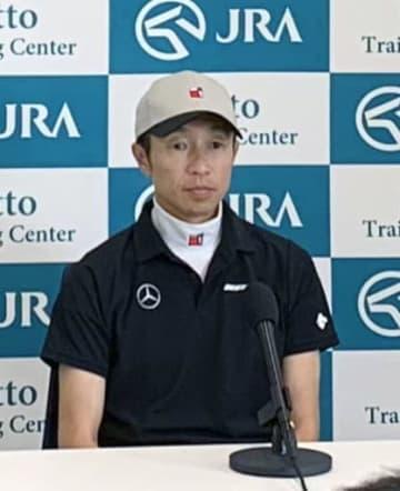 栗東トレーニングセンターで記者会見する武豊騎手=31日、滋賀県栗東市