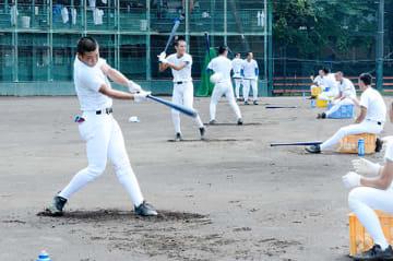 打撃練習する井上(左)ら花咲徳栄ナイン=30日午前、花咲徳栄高校グラウンド