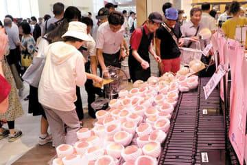 新鮮な桃を買い求める人たち=蓮田市川島の東北道上り線蓮田SA