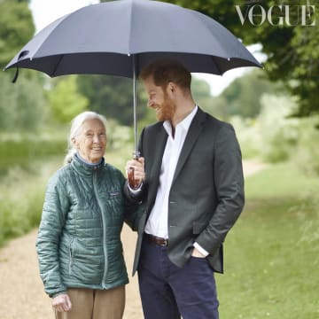 ファッション誌「ヴォーグ」英国版の9月号に掲載されるヘンリー英王子(右)とグドール博士の写真(英PA通信=共同)