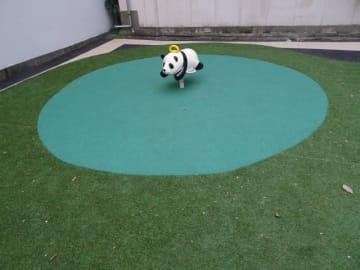 オフィス街の公園に唯一あるパンダの遊具。この風景が「シュール」と話題に=東京・神田錦町