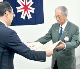 感謝状を受け取る登別ライオンズクラブの日野会長(右)