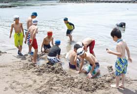 電信浜で砂遊びを楽しむ川俣サッカースポーツ少年団の子どもたち