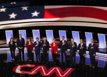 30日、米デトロイトで開かれた大統領選の民主党討論会(AP=共同)