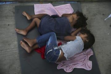 17日、メキシコ北東部ヌエボラレドの施設の床で眠る移民の子ども(AP=共同)