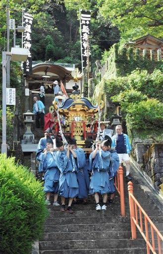 温泉神社での神事を終え、神幸行列に出発するみこし=八代市