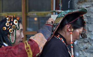 身にまとう千年の歴史「孔雀服」 チベット自治区プラン県