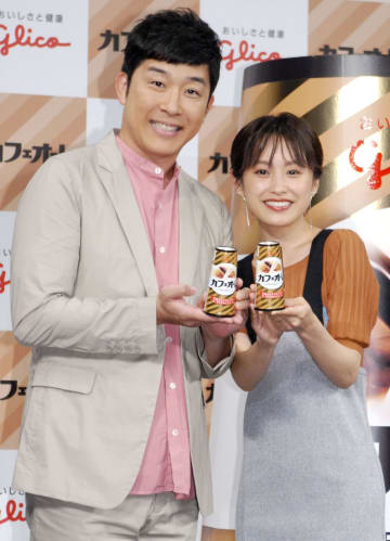 夫婦でイベントに登場したあべこうじ(左)と高橋愛=31日、東京都内