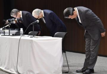 記者会見で謝罪する(右から)かんぽ生命保険の植平光彦社長、日本郵政の長門正貢社長、日本郵便の横山邦男社長=31日午後、東京・大手町