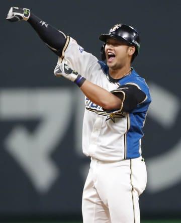 7回、勝ち越し打を放ち二塁上でガッツポーズする日本ハム・谷口=札幌ドーム